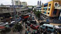 Suasana arus kendaraan di kawasan Pasar Tanah Abang, Jakarta Pusat, Minggu (2/5/2021). Pusat Grosir Pasar Tanah Abang ramai didatangi pengunjung yang berbelanja menjelang Lebaran dengan berdesak-desakan tanpa jaga jarak. (Liputan6.com/Johan Tallo)
