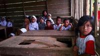 Murid dan ruangan SDN 010 Dusun Sialang Harapan sebelum dirombah berkat bantuan personel Polda Riau. (Liputan6.com/Istimewa/M Syukur)