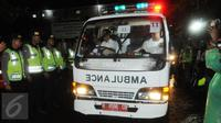 Ambulans yang membawa jenazah terpidana mati keluar dari dermaga Wijayapura, Cilacap, Jawa tengah,Jumat (29/7). Menurut informasi, Ambulans bernomor 11 mengangkut jenazah Seck Osmane. (Liputan6.com/Helmi Afandi)