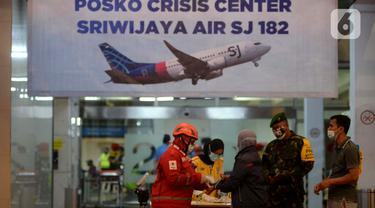 FOTO: Wajah Cemas Keluarga Korban Sriwijaya Air SJ 182 di Posko Crisis Center