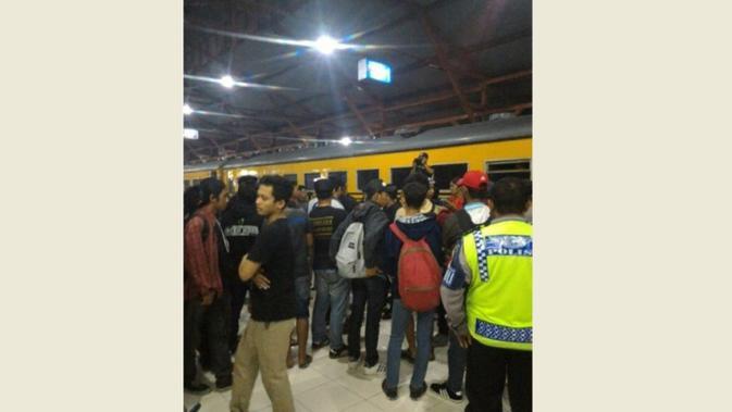 Pada Jumat (27/11/2015) malam di Stadion Gubeng Surabaya, ratusan Jakmania disambut hangat oleh Bonek.