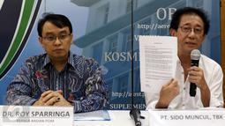 Direktur PT Sido Muncul, Irwan Hidayat (kanan) mengklarifikasi produk Sido Muncul yang diberi label 'Prop 65 Warning' oleh Negara Bagian California, Jakarta, Kamis (14/8/2015). BPOM menyatakan produk Tolak Angin aman dikonsumsi.(Liputan6.com/Yoppy Renato)