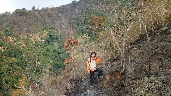 Petugas BPBD Jawa Barat memantau kondisi kebakaran lahan di wilayah Kabupaten Bandung. (Dok. Pusdalops PB BPBD Jabar)