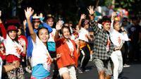 Sejumlah muda-mudi sedang melakukan flashmob Indonesia Menari di car free day Solo, Minggu (21/10).(Liputan6.com/Fajar Abrori)