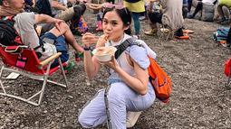 Tak hanya berjalan-jalan ditengah keramaian kota saja. Sheryl Sheinafia juga sempat ikut dalam sebuah festival musik di daerah pegunungan Fuji. Penampilannya yang menggunakan pakaian serba putih serta kacamata pun tampak nyaman dan mempesona. (Liputan6.com/IG/@sherylsheinafia)