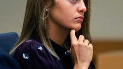Michelle Carter mendengarkan kesaksiaan saat sidang di Pengadilan Negeri Taunton di Taunton, Mass, (8/6). Dakwaan pembunuhan itu dibacakan di Pengadilan Taunton, Massachusetts, Amerika Serikat. Pada bulan Juli 2014. (AP Photo/Charles Krupa, Pool)