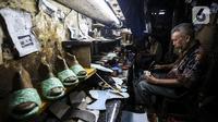 Pekerja menyelesaikan pembuatan sepatu di industri rumahan daerah Kuningan, Jakarta Selatan, Jumat (22/1/2020). Pemerintah melalui Kementerian Koperasi dan Usaha Kecil dan Menengah terus berupaya mendorong pemulihan UMKM di tengah pandemi COVID-19. (Liputan6.com/Johan Tallo)