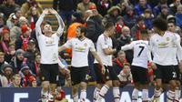 Striker Manchester United Wayne Rooney bersama rekan setimnya merayakan gol ke gawang Liverpool dalam lanjutan Liga Premier Inggris di Stadion Anfield, Minggu (17/1/2016).  (Liputan6.com/Reuters / Carl Recine)