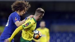 Pemain Chelsea, David Luiz (kiri) berusaha menghalau bola dari jangkauan pemain Norwich City, James Maddison pada laga babak ketiga Piala FA di Stamford Bridge, London, (17/1/2018). Chelsea menang lewat adu penalti 5-3. (AP/Alastair Grant)