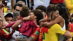 Bek Belgia, Thomas Meunie (kanan) menggendong pacarnya saat merayakan kemenangan atas Brasil pada laga perempat final Piala Dunia 2018 di Stadion Kazan Arena, Jumat (6/7). Belgia sukses memulangkan Brasil dengan skor  2-0. (AFP/Jewel SAMAD)