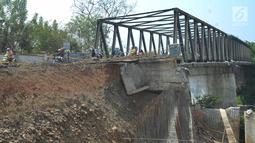 Suasana jalan longsornya tepian jembatan Cipamingkis Cibarusah, Kab Bekasi, Jawa Barat (15/7). Pengendara mobil terpaksa memutar arah lewat Kecamatan Jonggol sejauh lebih dari tujuh kilometer. (Merdeka.com/Arie Basuki)