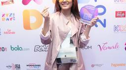 Senyum Sheryl usai menerima penghargaan untuk pertama lagu berbahasa Inggris tersebut. Namun, ia memohon maaf lantaran dua teman duetnya tak bisa hadir. (Adrian Putra/Bintang.com)