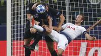 Striker Tottenham Hotspur, Harry Kane, berusaha melepaskan tendangan salto ke gawang Inter Milan pada laga Liga Champions di Stadion Giuseppe Meazza, Milan, Selasa (18/9/2018). Inter Milan menang 2-1 atas Tottenham Hotspur. (AP/Antonio Calanni)