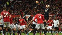 Kiper Manchester United, David De Gea, mengamankan bola saat melawan Liverpool pada laga Premier League di Stadion Old Trafford, Manchester, Sabtu (10/3/2018). MU menang 2-1 atas Liverpool. (AFP/Oli Scarff)