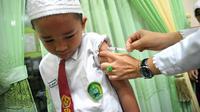 Suntik vaksin sering dilakukan pihak kesehatan ke sekolah-sekolah di Palembang (Liputan6.com / ist - Nefri Inge)