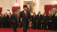 Jenderal TNI Purnawirawan Agum Gumelar bersiap menandatangani berita acara upacara pelantikan di Istana Negara, Jakarta, Rabu (17/1). Agum Gumelar diangkat sebagai anggota Dewan Pertimbangan Presiden (Watimpres). (Liputan6.com/Pool/Randi)