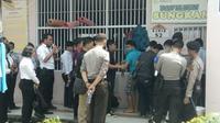 Polisi menggeledah sejumlah kamar di Lapas Muarabulian, Jambi pasca-bentrokan sesama narapidana. (Bangun Santoso/Liputan6.com)