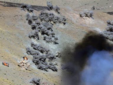 Helikopter militer menembak selama komando strategis dan staf melakukan latihan Center-2019 di lapangan tembak Lyaur, Tajikistan, Rabu (18/9/2019). Prajurit Rusia, Kazakhstan, Kirgistan, Tajikistan, Uzbekistan, India, Pakistan, dan China ikut serta dalam latihan ini. (AP Photo/Grits Sergei)