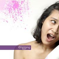 Ilustrasi memakai hair dryer. (foto Daniel Kampua/Bintang.com, Digital Imaging: Nurman Abdul Hakim/Bintang.com)