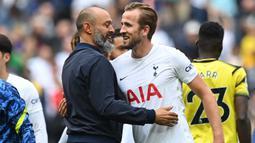 Harry Kane juga merasa kesal dengan keputusan manajemen yang menurutnya telah mengingkari janji. Namun Kane tak dapat berbuat banyak, kini dirinya sudah memutuskan untuk bertahan di Tottenham dan membantu Nuno Espirito memperoleh prestasi yang lebih baik dari musim lalu. (Foto: AFP/Glyn Kirk)
