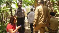 NR (40) saat diamankan petugas gabungan yang membongkar bilik asmara miliknya (Foto: Liputan6.com/Istimewa)