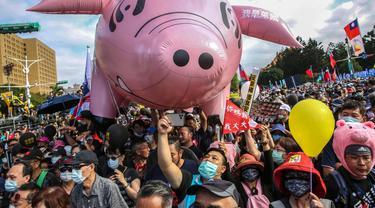 "Orang-orang menghadiri pawai pro-buruh tahunan ""Perjuangan Musim Gugur"" untuk memprotes pencabutan pembatasan pada daging babi AS yang mengandung aditif pakan raktopamin di Taipei pada Minggu, 23 November 2020."