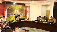 Pemprov Sulbar saat melakukan rapat koordinasi dengan sejumlah Forkopimda dan pemkab se-Sulbar melalui video conference (Liputan6.com/Abdul Rajab Umar)