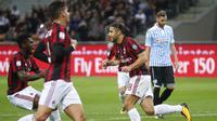 Gelandang AC Milan, Ricardo Rodriguez, melakukan selebrasi usai mencetak gol ke gawang SPAL pada laga Serie A Italia di Stadion San Siro, Rabu (20/9/2017). AC Milan menang 2-0 atas SPAL. (AP/Antonio Calanni)