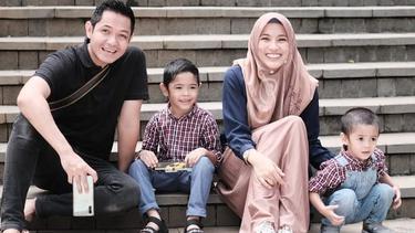 [Fimela] Keluarga Dude Harlino dan Alyssa Soebandono