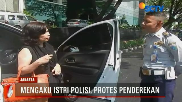 Upaya protes pemilik kendaraan sia-sia karena petugas tetap menderek mobil yang dianggap parkir sembarangan ini.