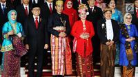 Presiden Jokowi didampingi Ibu Negara Iriana dan Wakil Presiden Jusuf Kalla didampingi Mufidah Kalla berfoto bersama sebelum menghadiri Sidang Tahunan MPR RI Tahun 2017 di Kompleks Parlemen, Senayan, Jakarta, Rabu (16/8). (Liputan6.com/Angga Yuniar)