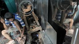 Pekerja menyelesaikan pembuatan oven di salah satu toko kawasan Cawang, Jakarta, Minggu (19/5/2019). Permintaan oven di bulan Ramadan meningkat lantaran untuk digunakan membuat kue kering menjelang Lebaran. (merdeka.com/Iqbal Nugroho)