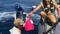 Saat berpapasan dengan nelayan di tengah laut, Olly dengan sigap langsung membagikan paket sembako.