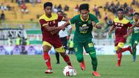 Pemain Persik Kediri, Ibrahim Sanjaya berduel dengan penyerang Persebaya, Bayu Nugroho di Stadion Gelora Bung Tomo, Surabaya, Senin (10/2/2020). (Bola.com/Aditya Wany)