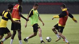 Para pemain Dortmund melakukan latihan ringan di Guangdong, Cina, Senin (17/7/2017). Dortmund akan menghadapi AC Milan pada laga International Champions Cup. (AFP)