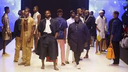 Sejumlah model berpose di catwalk mengenakan busana kreasi Assian selama Heineken Fashion and Design Week di Lagos, Nigeria (26/10/2019). Lagos Fashion Week (LFWNG) adalah acara mode multi-hari tahunan yang didirikan pada 2011 oleh Omoyemi Akerele. (AP Photo/Sunday Alamba)
