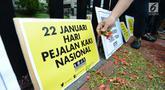Aktivis Koalisi Pejalan Kaki tabur bunga untuk memperingati Hari Pejalan Kaki Nasional di kawasan Tugu Tani, Jakarta, Selasa, (22/1). Acara ini sekaligus mengenang 9 pejalan kaki yang gugur akibat kecelakaan pada 2012 lalu. (Merdeka.com/Imam Buhori)