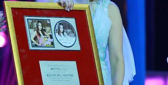 'Best of Ayu Ting Ting' merupakan album solo pertama Ayu Ting Ting si pemilik tembang 'Alamat Palsu'. Album ini berisi lagu 10 lagu, termasuk lagu lama dan lagu baru Ayu Ting Ting. (Deki Prayoga/Bintang.com)