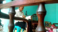 Santri itu memendam kepedihan hingga kini. Mantan anggota Cakrabirawa itu tak pernah sempat meminta maaf langsung pada kiainya. (Liputan6.com/Muhamad Ridlo)