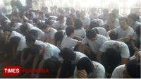 Para tersangka saat dikumpulkan Terminal Internasional Bandara I Gusti Ngurah Rai, Bali, Rabu (6/6/2018). (TIMES Indonesia/Khadafi)