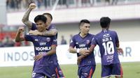 Pemain Persita Tangerang, Edo Febriansyah, melakukan selebrasi usai membobol gawang PSM Makassar pada laga Shopee Liga 1 di Stadion Sport Center Tangerang, Jumat, (6/3/2020). Kedua tim bermain imbang 1-1. (Bola.com/M Iqbal Ichsan)