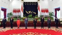 5 Menteri tampil pakai jas hitam, Tri Rismaharini pakai kebaya merah. (Sumber: Instagram/@sekretariat.kabinet)