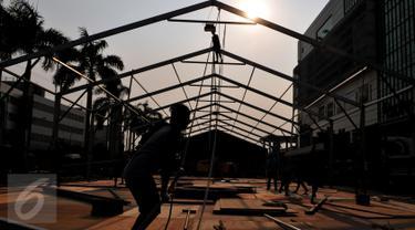 Pekerja sedang menyelesaikan pembuatan panggung acara pekan mode tahunan, Brightspot Marketdi Senayan, Jakarta, 11 September 2015. Ajang perhelatan tahunan itu akan digelar pada 24-30 Oktober mendatang. (Liputan6.com/Andrian M Tunay)
