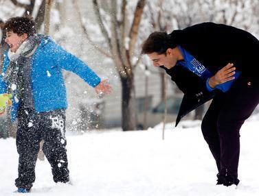 20170124- Keceriaan Warga Iran Bermain Salju-AFP Photo