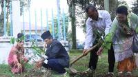 Pasangan pengantin eks penghuni lokalisasi Payo Sigadung, Kota Jambi ikut program nikah massal dan di wajibkan menanam pohon (Bangun Santoso/Liputan6.com)