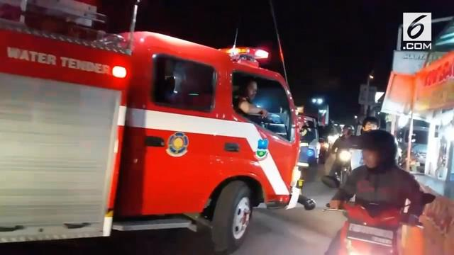 Mobil pemadam kebakaran terjebak arus bali sehingga tidak bisa sampai ke lokasi kebakaran.
