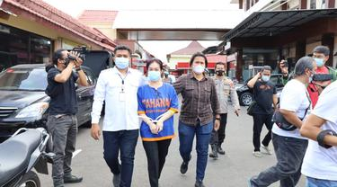 Wanita berinisial LY (48) ditangkap polisi kasus investasi bodong. (Dian Kurniawan/Liputan6.com)