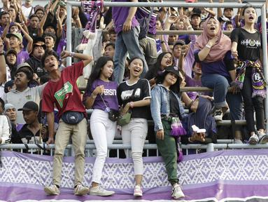 Suporter Persita saat menyaksikan pertandingan Persita Tangeran melawan PSM Makassar pada laga Shopee Liga 1 di Stadion Sport Center, Tangerang, Jumat (6/3). Persita memiliki suporter setia dan fanatik seperti La Viola dan Southern Ultras Persita. (Bola.com/M. Iqbal Icshan)