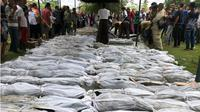 Jenazah korban gempa dan tsunami yang ditemukan dimakamkan di pemakaman terdekat, pada Rabu, 19 Desember 2018, malam. (Liputan6.com/Rino Abonita)