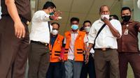 Petugas Kejati Riau menggiring dua tersangka perusakan turap danau tajwid untuk dibawa ke penjara. (Liputan6.com/M Syukur)